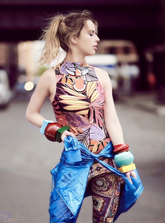 Legging, jaqueta e tênis Adidas Originals, body Vida Bela, colar Aramez e braceletes Ivana Salume